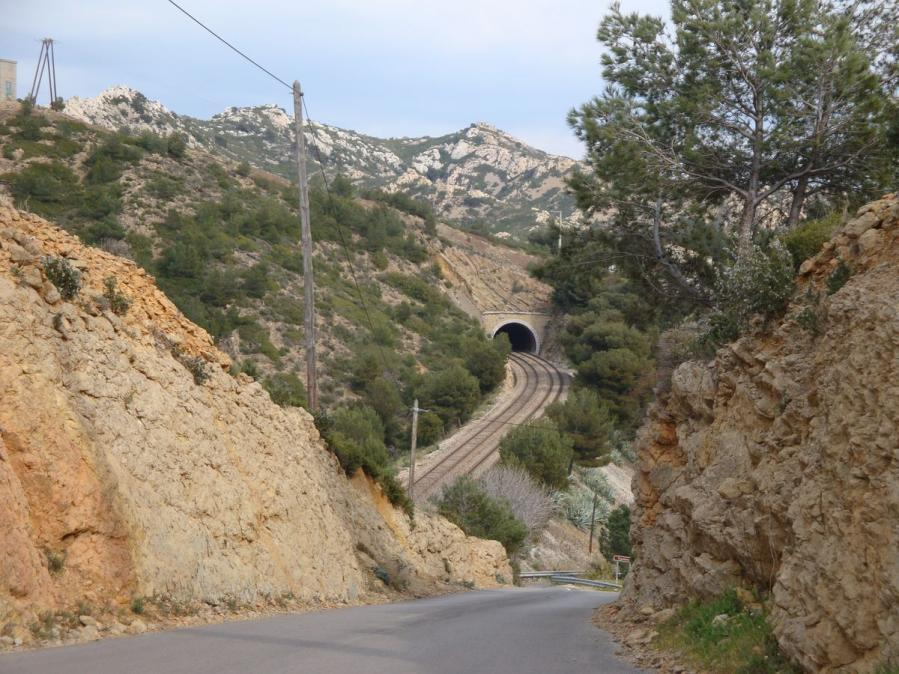 The road from Ensues la Redonne to Mejean