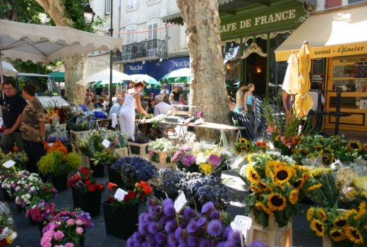 The market and iconic Café de Paris at the farmer's market in L'Isle sur la Sorgue