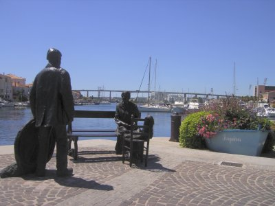 Bronze fisherman and his wife, Martigues
